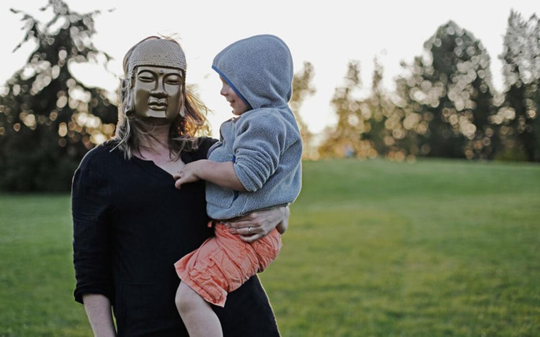 """""""พ่อ-แม่คือพระอรหันต์"""" ความเชื่อที่ส่งเสริมอำนาจนิยมในครอบครัว"""